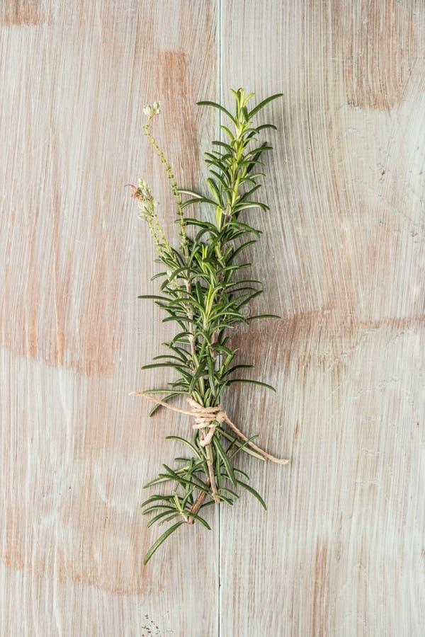 Δέσμη φρέσκου του δεντρολιβάνου κήπων στον ξύλινο πίνακα, αγροτικό ύφος, φρέσκα οργανικά χορτάρια Τοπ άποψη με το διάστημα αντιγρ στοκ φωτογραφίες