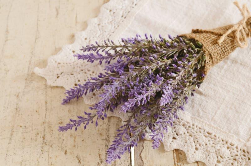 Δέσμη lavender εκλεκτής ποιότητας doily δαντελλών στοκ φωτογραφία