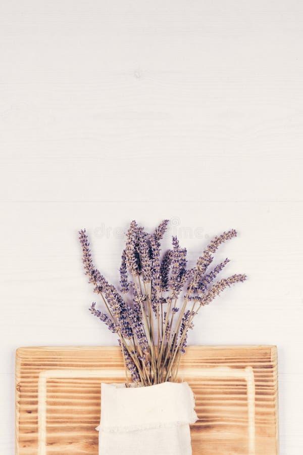 Δέσμη lavender στον πίνακα στοκ φωτογραφία με δικαίωμα ελεύθερης χρήσης