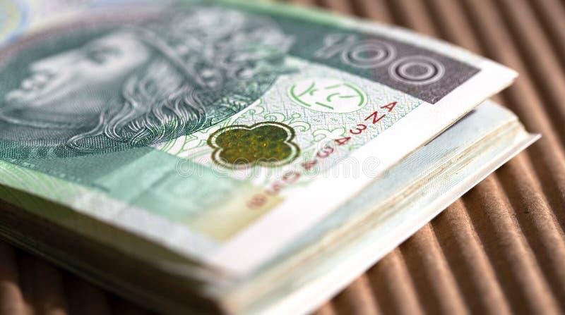 Δέσμη 100 zloty τραπεζογραμματίων σε έναν πίνακα o στοκ φωτογραφία με δικαίωμα ελεύθερης χρήσης