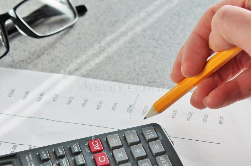Δήλωση και χέρι τραπεζών χρηματοδότησης στοκ φωτογραφία με δικαίωμα ελεύθερης χρήσης