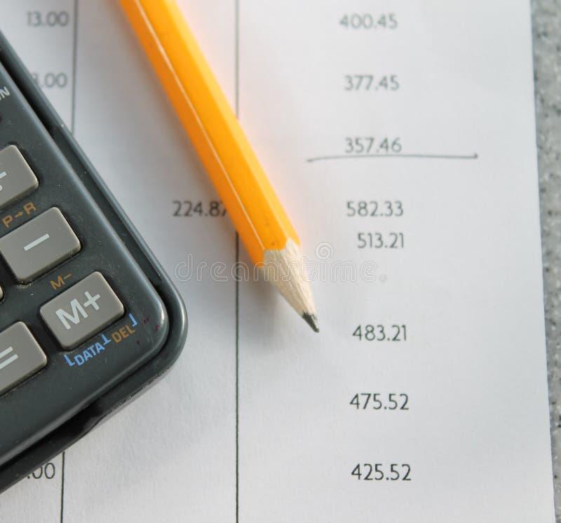 Δήλωση τράπεζας με το μολύβι και τον υπολογιστή στοκ φωτογραφία με δικαίωμα ελεύθερης χρήσης