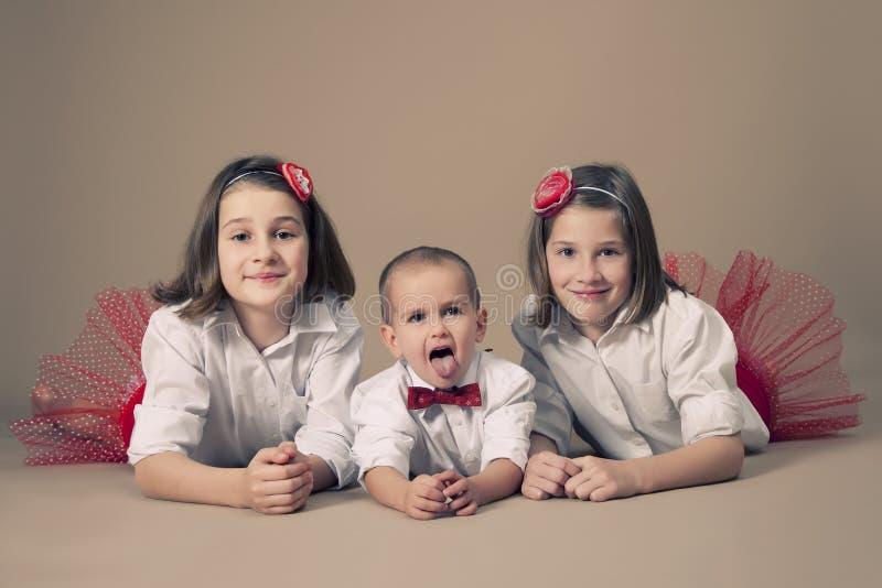 Δίδυμες αδελφές με λίγο αδελφό στοκ εικόνες