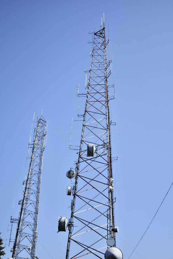 Δίδυμες ραδιο κεραίες δημόσια ασφαλείας αιχμών στοκ φωτογραφίες με δικαίωμα ελεύθερης χρήσης