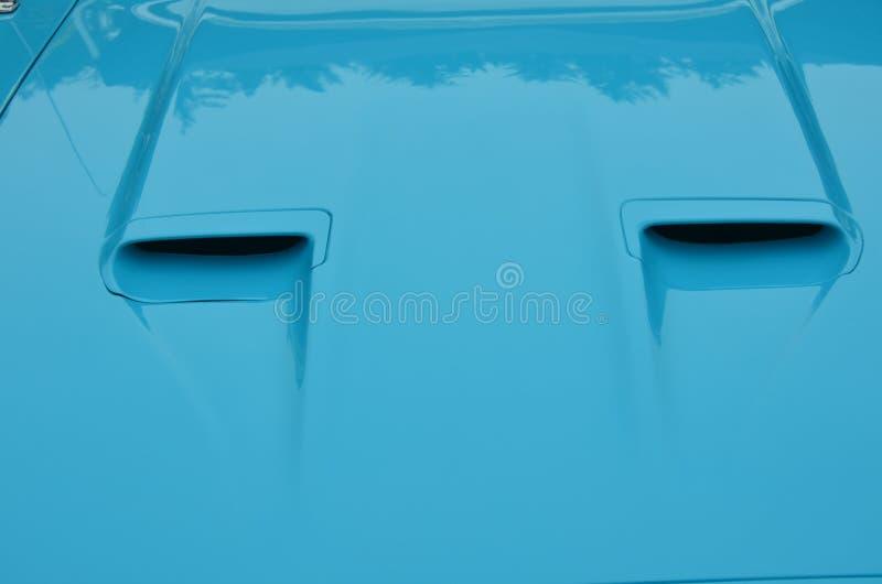 Δίδυμες σέσουλες αέρα μάστανγκ ` της Ford ` στην μπλε κουκούλα στοκ εικόνες με δικαίωμα ελεύθερης χρήσης