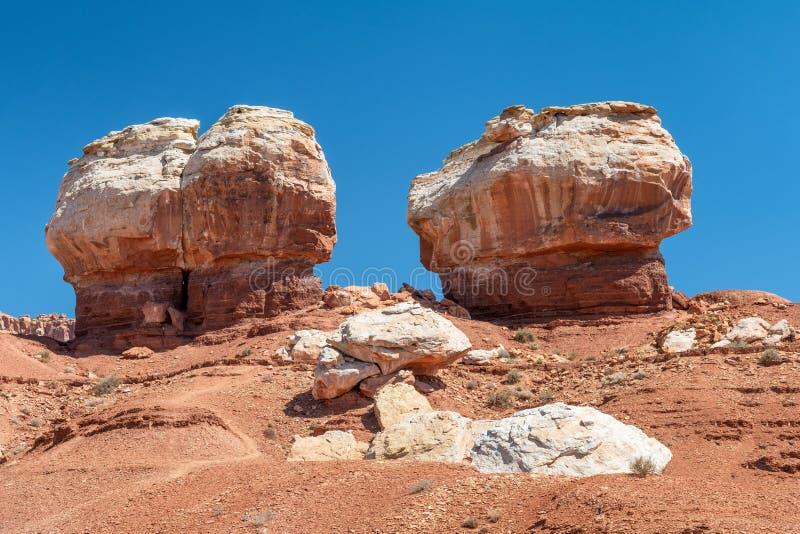 Δίδυμοι βράχοι φαραγγιών σκοπέλων Capitol ενάντια στο μπλε ουρανό, Γιούτα στοκ φωτογραφία με δικαίωμα ελεύθερης χρήσης