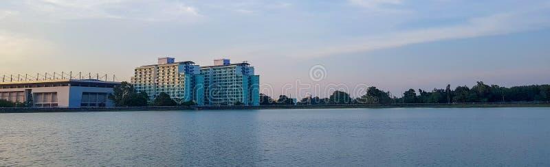 Δίδυμο κτήριο στη μέση της θέσης φύσης Ουρανός, δέντρο στον πρίγκηπα της δεξαμενής του πανεπιστημίου Songkhla Hatyai, νότος της Τ στοκ εικόνα