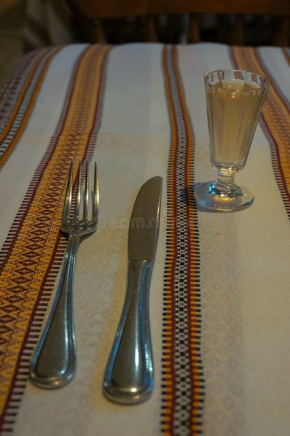 Δίκρανο, μαχαίρι και ένα ποτήρι του χρένου στοκ φωτογραφίες