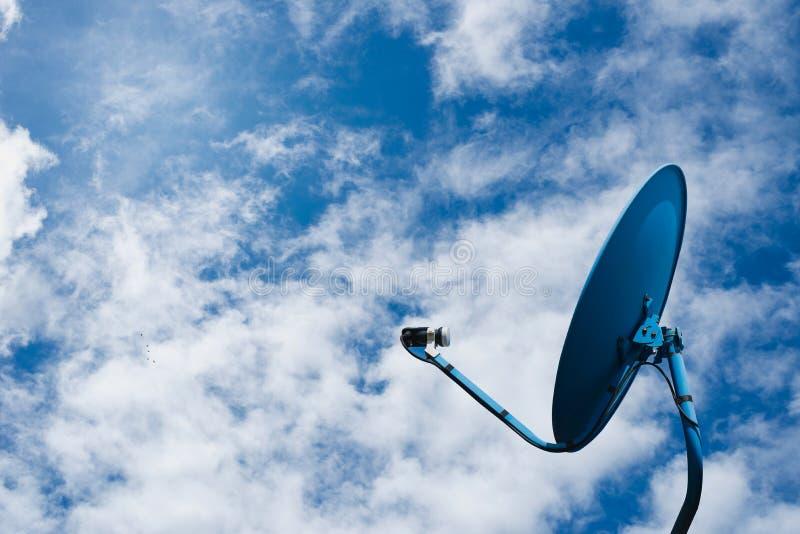 Δίκτυο από το δορυφορικό πιάτο στο υπόβαθρο μπλε ουρανού στοκ εικόνες με δικαίωμα ελεύθερης χρήσης