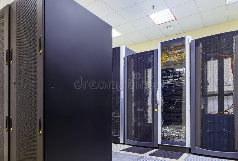Δίκτυο και έννοια τεχνολογίας επικοινωνιών Διαδικτύου, εσωτερικό κέντρων δεδομένων, ράφια κεντρικών υπολογιστών με τις τηλεπικοιν στοκ εικόνα