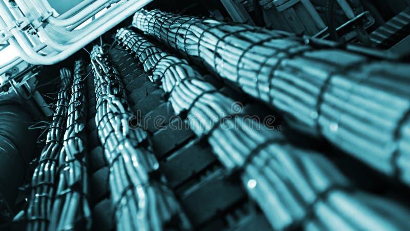 Δίκτυο και καλώδια τροφοδοσίας, αφηρημένη ροή πληροφοριών σε Διαδίκτυο στοκ φωτογραφία με δικαίωμα ελεύθερης χρήσης