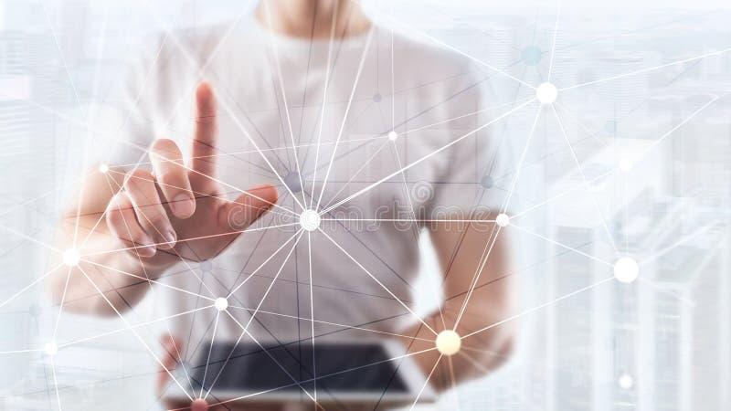 Δίκτυο Blockchain στο θολωμένο υπόβαθρο ουρανοξυστών Οικονομική έννοια τεχνολογίας και επικοινωνίας στοκ εικόνες