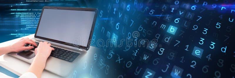 Δίνει το κείμενο κωδικοποίησης δακτυλογράφησης στο lap-top με τη μετάβαση στοκ φωτογραφίες