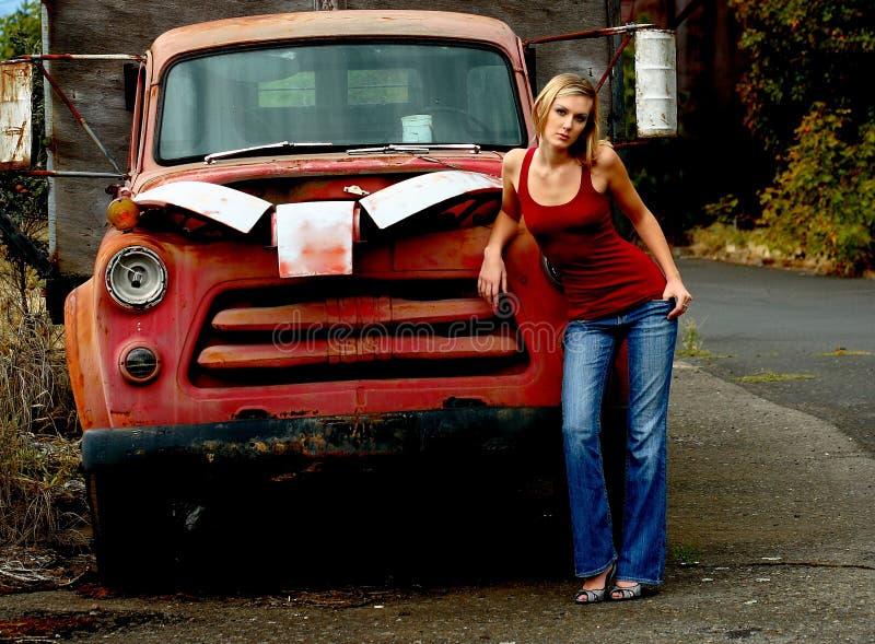 δίπλα στη γυναίκα truck στοκ εικόνες