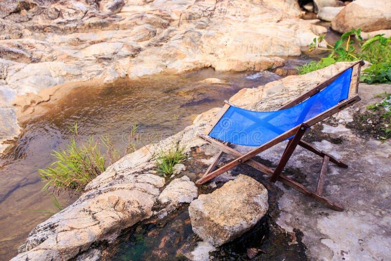 Δίπλωμα της έδρας στην πέτρινη πλατφόρμα στη λίμνη στο πάρκο στοκ εικόνα με δικαίωμα ελεύθερης χρήσης
