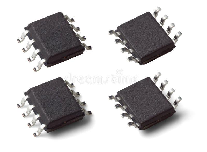 Δίπλευρη μακρο φωτογραφία ενός τσιπ μικροελεγκτών σε μια συσκευασία SOIC SOP8 στοκ εικόνες