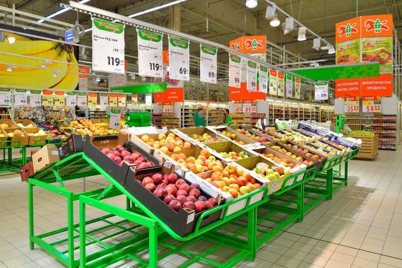 Δίσκοι αγορών των φρούτων: μήλα και αχλάδια στο ιπποδρόμιο καταστημάτων στοκ εικόνες