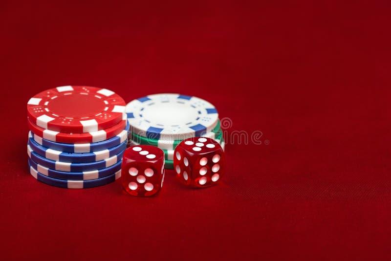 Δίσκοι και καζίνια σε κόκκινο φόντο στοκ φωτογραφία με δικαίωμα ελεύθερης χρήσης