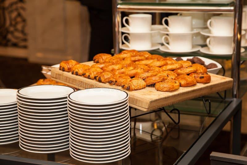 Δίσκος κουζινών με τα κέικ και τα καθαρά πιάτα στοκ φωτογραφία με δικαίωμα ελεύθερης χρήσης