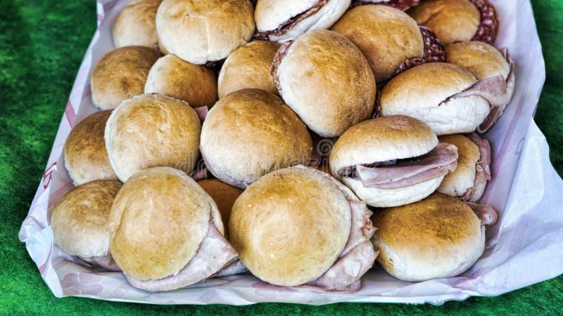 Δίσκος με τα σάντουιτς που γεμίζονται με mortadella και το σαλάμι στοκ εικόνες με δικαίωμα ελεύθερης χρήσης