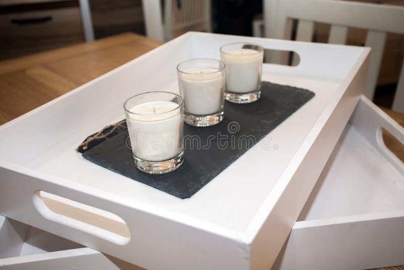 Δίσκος με το σύνολο κεριών στα γυαλιά στον πίνακα στοκ φωτογραφία με δικαίωμα ελεύθερης χρήσης