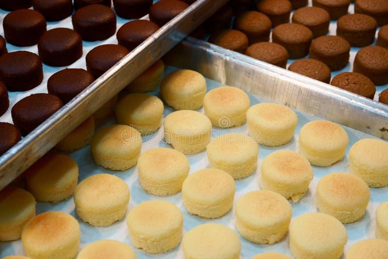 Δίσκος με φρέσκο macaroon κέικ στο κατάστημα αρτοποιείων στοκ φωτογραφία