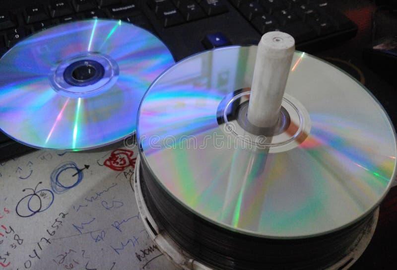 Δίσκος που καίγεται στον υπολογιστή γραφείου και το πληκτρολόγιο στοκ φωτογραφία με δικαίωμα ελεύθερης χρήσης