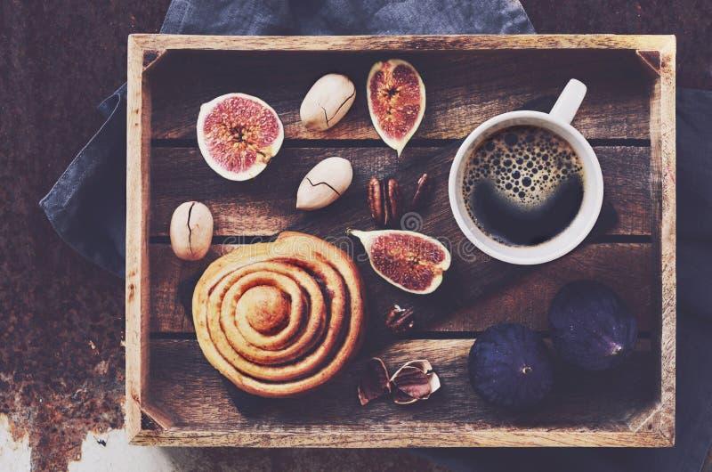 Δίσκος προγευμάτων με το μαύρο καφέ, το ρόλο κανέλας, τα φρέσκα σύκα και τα πεκάν στοκ εικόνες