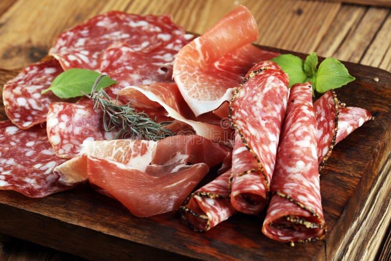 Δίσκος τροφίμων με το εύγευστο σαλάμι, το ακατέργαστο ζαμπόν και το ιταλικό crudo ή ja στοκ εικόνα με δικαίωμα ελεύθερης χρήσης