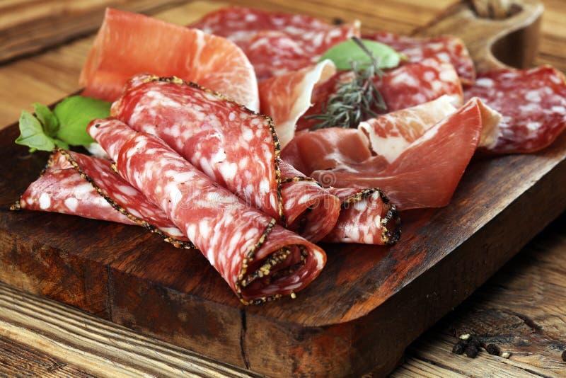 Δίσκος τροφίμων με το εύγευστο σαλάμι, το ακατέργαστο ζαμπόν και το ιταλικό crudo ή ja στοκ φωτογραφία με δικαίωμα ελεύθερης χρήσης