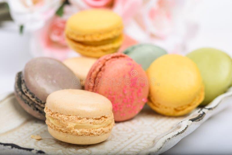 Δίσκος των ζωηρόχρωμων γαλλικών macarons πεδίο βάθους ρηχό στοκ εικόνες