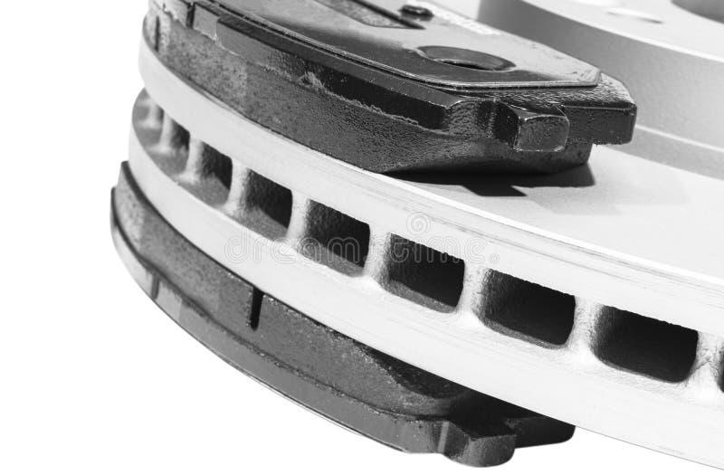 Δίσκος φρένων και μαξιλάρια φρένων που απομονώνονται στο άσπρο υπόβαθρο Μέρη αυτοκινήτου Στροφέας δίσκων φρένων που απομονώνεται  στοκ φωτογραφία