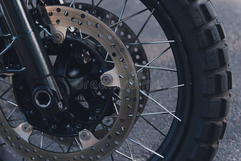 Δίσκος φρένων μοτοσικλετών και κινηματογράφηση σε πρώτο πλάνο ροδών στοκ εικόνα
