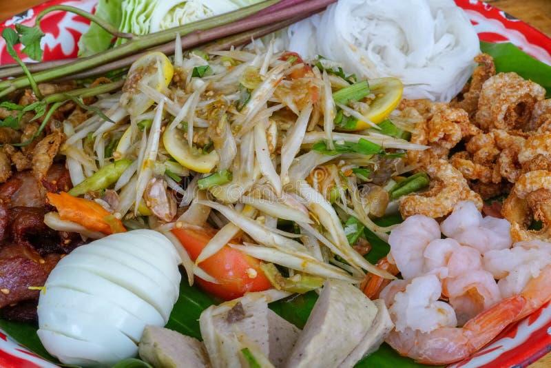 Δίσκος Tam SOM, ταϊλανδικά τρόφιμα, Papaya σαλάτα στο υπόβαθρο στοκ εικόνα