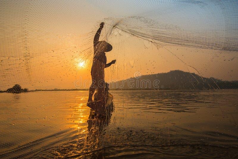 Δίχτυ ρίψεων ψαράδων στην ανατολή στοκ φωτογραφία με δικαίωμα ελεύθερης χρήσης