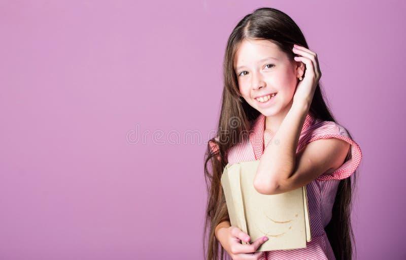 Δίψα γνώσης Αξιολάτρευτο βιβλιαράκι Η λογοτεχνία ως χόμπι Μυθοπλασία και μη μυθοπλασία Χαριτωμένο μικρό παιδί που διαβάζει στοκ εικόνες