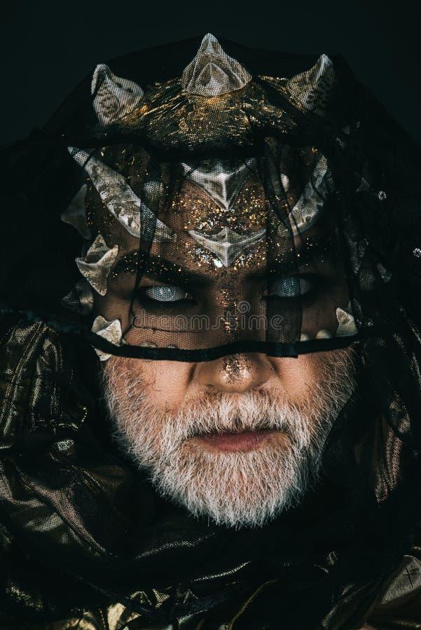 Δαίμονας με το χρυσό δέρμα και αγκάθια που καλύπτουν τα μάτια του με το σκοτεινό πέπλο Εκφοβίζοντας ματιά του αρχαίου τέρατος που στοκ εικόνες