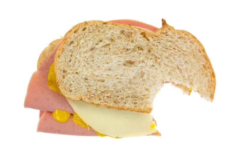 Δαγκωμένο σάντουιτς baloney με το τυρί στοκ εικόνες