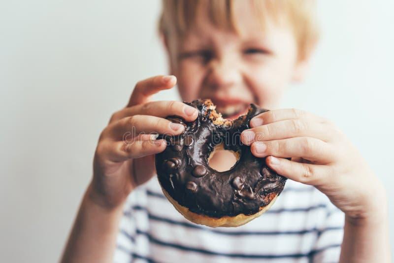 Δαγκωμένο doughnut σοκολάτας στοκ φωτογραφία με δικαίωμα ελεύθερης χρήσης