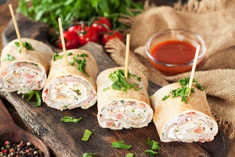 Δαγκώματα Taco με την Τουρκία, τυρί, λαχανικά στοκ φωτογραφίες