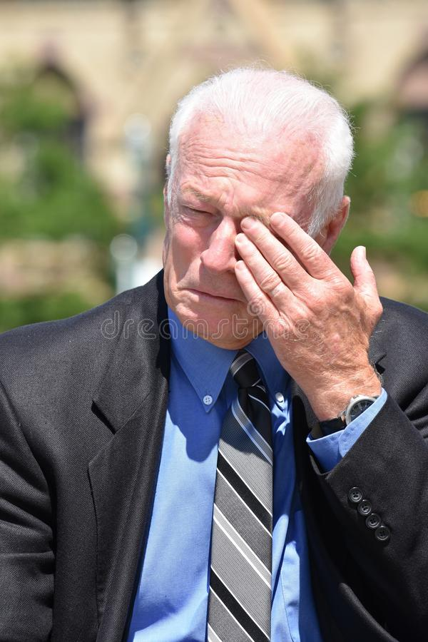 Δακρυσμένος ενήλικος ανώτερος επενδυτής στοκ εικόνα με δικαίωμα ελεύθερης χρήσης