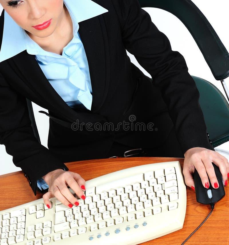 Δακτυλογράφηση γραμματέων σε ένα πληκτρολόγιο στοκ φωτογραφίες με δικαίωμα ελεύθερης χρήσης