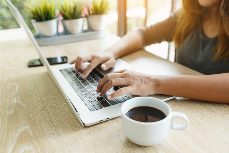 Δακτυλογράφηση δάχτυλων εστίασης στο φορητό προσωπικό υπολογιστή στοκ φωτογραφία με δικαίωμα ελεύθερης χρήσης
