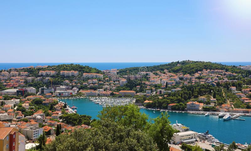 Δαλματική πανοραμική άποψη ακτών από Dubrovnik με το λιμένα, Κροατία, Ευρώπη στοκ εικόνες