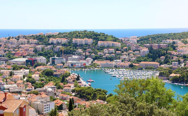 Δαλματική πανοραμική άποψη ακτών από Dubrovnik με το λιμένα, Κροατία, Ευρώπη στοκ φωτογραφία με δικαίωμα ελεύθερης χρήσης