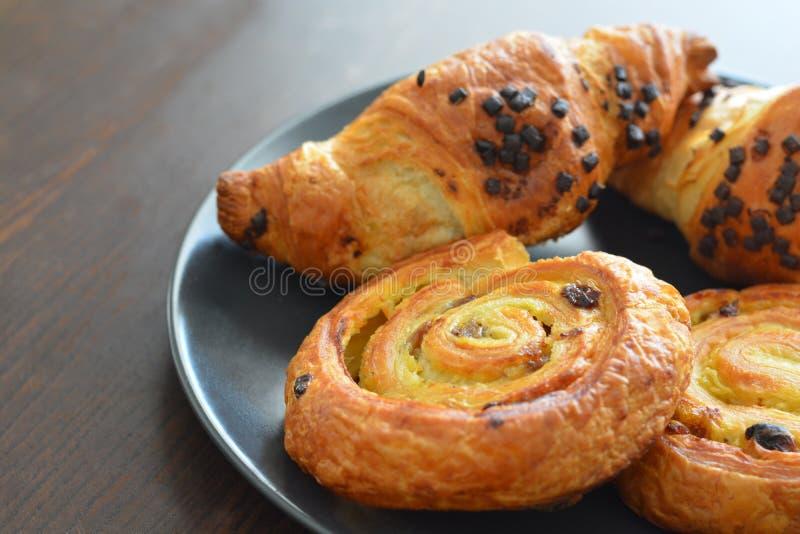 Δανικοί στρόβιλοι σταφίδων και φουντούκι σοκολάτας croissants στοκ εικόνες