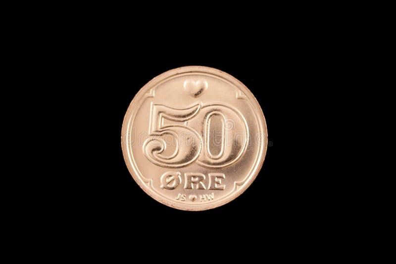 Δανικό νόμισμα 50 μεταλλεύματος που απομονώνεται σε ένα μαύρο υπόβαθρο στοκ φωτογραφία