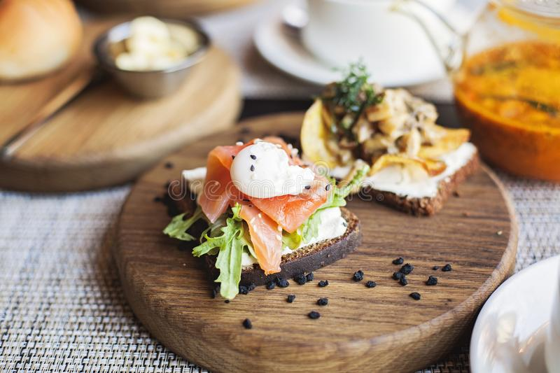 Δανικό σάντουιτς smorrebrod με τα ψάρια και το αυγό σολομών στοκ φωτογραφία