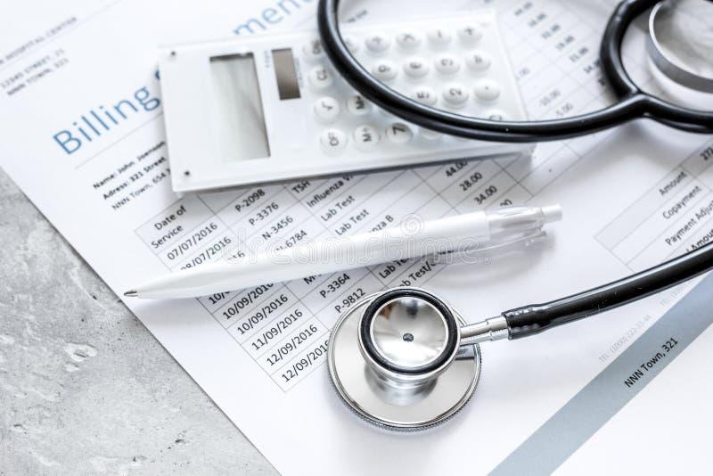 Δαπάνες υγειονομικής περίθαλψης με τη δήλωση, το στηθοσκόπιο και τον υπολογιστή τιμολόγησης στον πίνακα πετρών στοκ φωτογραφία με δικαίωμα ελεύθερης χρήσης
