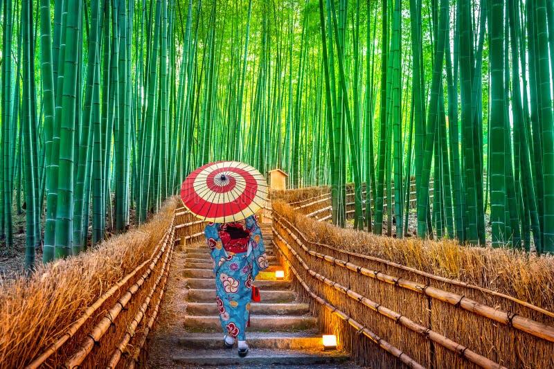 Δασική ασιατική γυναίκα μπαμπού που φορά το ιαπωνικό παραδοσιακό κιμονό στο δάσος μπαμπού στο Κιότο, Ιαπωνία στοκ φωτογραφίες